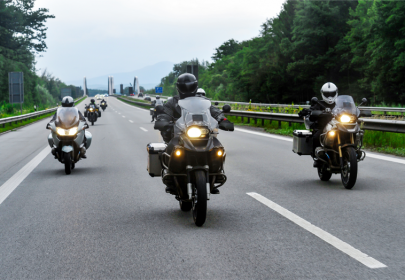 motorradfahrer im konvoi